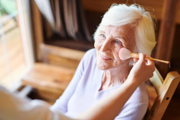 En pieles maduras es recomendable tener mucho cuidado con aplicar iluminador alrededor del contorno de los ojos porque va a acentuar más las bolsas, ojeras y líneas de expresión. Mitos sobre el maquillaje.