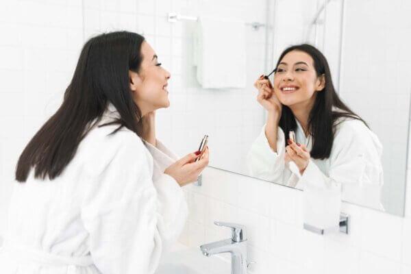 Este es uno de los mitos sobre el maquillaje más antiguos y comunes en las mujeres.